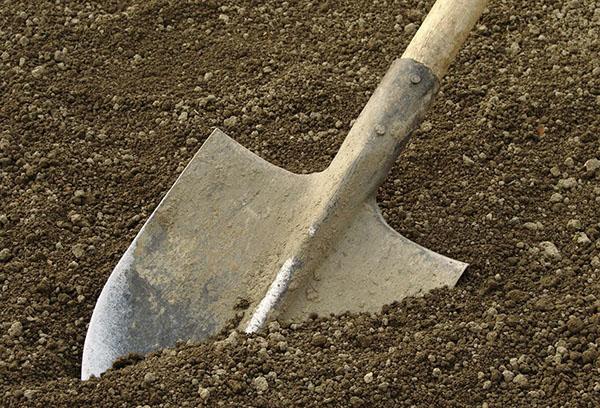 Лопата в земята