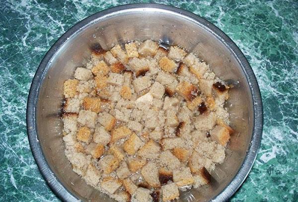 Приготвяне на инфузия от хляб за хранене на краставици